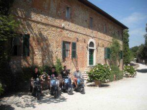 Il gruppo di Vespa entusiasts del Vespa Club di Salisburgo a riposo alla Fattoria del Colle in Trequanda. www.cinellicolombini.it