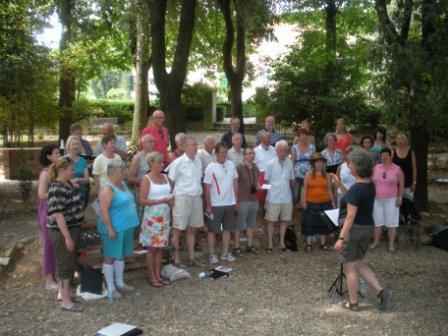Choir Con Amore nel bosco dei giochi antichi