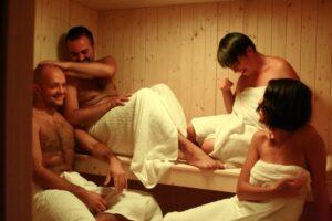 Violante e i suoi amici in sauna