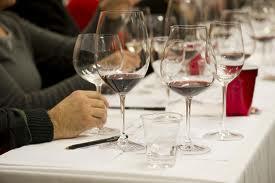 bicchieri carta e fogli per la lezione sul vino