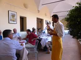 Assaggiatore ONAF spiega l'abbinamento vino Orcia pecorino