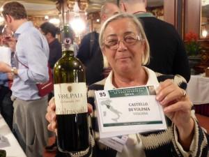 Donatella Cinelli Colombini serve il vino di Volpaia
