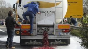 guerra del vino attacco dei vignaioli francesi a 4 autobotti spagnole