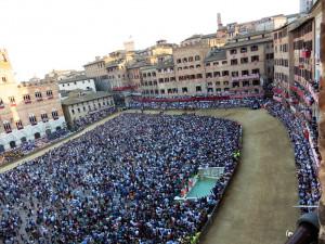 Il Palio dalle trifore della Fondazione Monta dei Paschi di Siena
