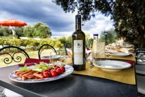 Villa-per-le-feste-pranzo-a-bordo-piscina-Toscana-Villa-Archi