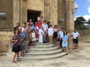 Donatella-Vincenzo-Rosalba-Santoro-col-Vescovo-di-Gozo-Mario-Grech