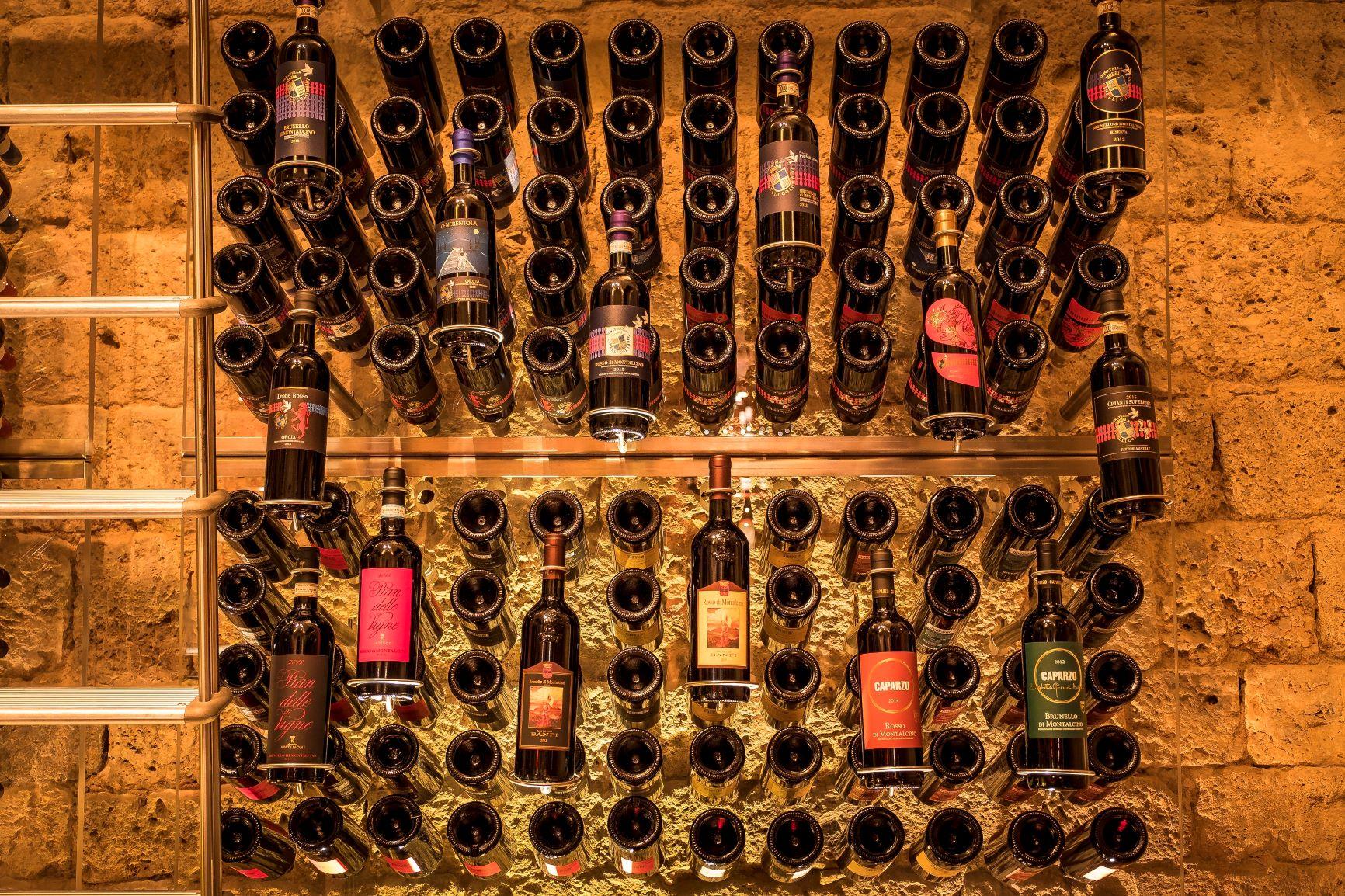 Siena-Hotel-Continental-bottiglieria-con-vini-di-DonatellaCinelliColombini