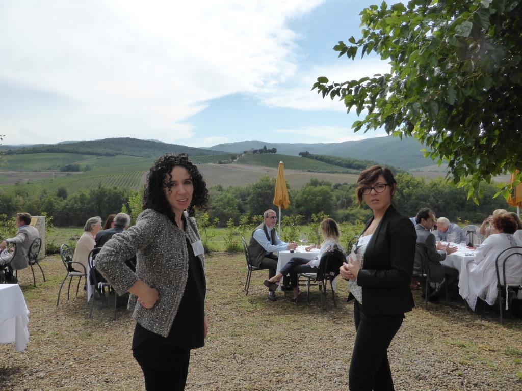 Voca-espressione-linguaggio-del-corpo-nell'accoglienza-in-cantina-Casato Prime Donne Alessia e Sara