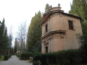 Monte Oliveto Maggiore, Cappella nel bosco di cipressi intorno all'Abbazia