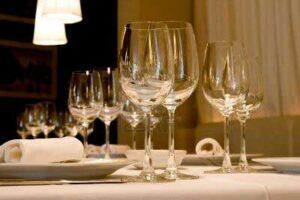 Bicchieri da vino in tavola al ristorante