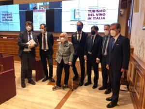 Donatella-Cinelli-Colombini-al-Senato-con-3-ministri-Dario-Stefano e il-piede-rotto
